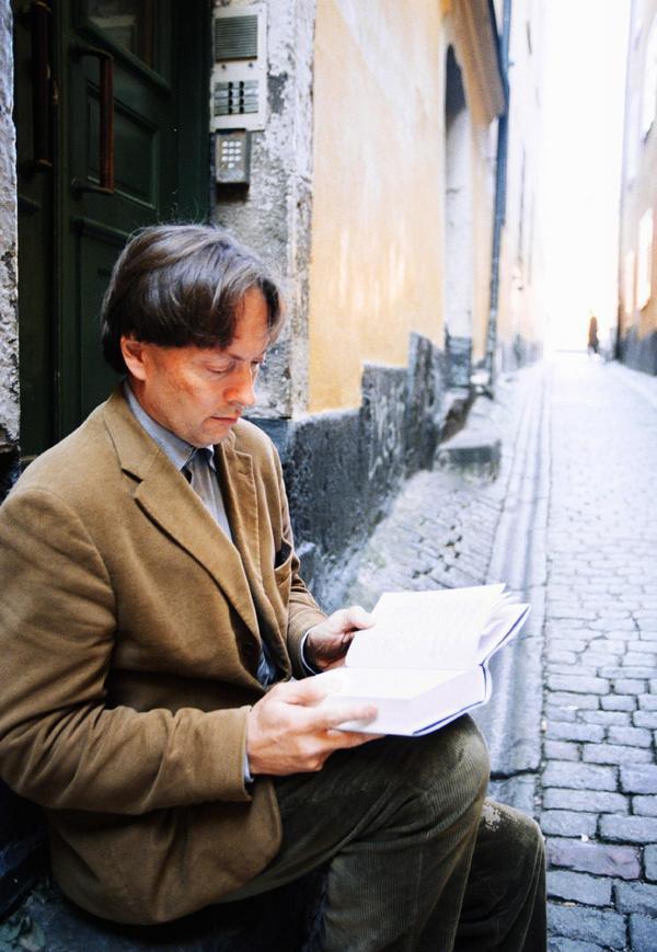 Horace Engdahl sitter och läser i Gamla stan i Stockholm 1999. Nu snart 20 år senare är den läsande människan en allt ovanligare syn i Sverige. Foto: AP/Pressens Bild/Fredrik Persson