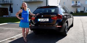 Ulla Persson låter favoritordet pryda registreringsskylten.