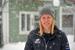 Sandra Näslund utanför Gallerian Christoffer i Kramfors. Kort därefter får hon både gratulationer och lyckoönskningar av en Kramforsbo.