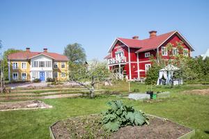 De två husen har tillsammans 600 kvadratmeter att erbjuda. Det röda huset är Bed and breakfast och kursgård med en liten lägenhet som fungerar som tillfällig bostad åt Anne-Christine och Anders. Det gula huset ska renoveras och bli parets nya och betydligt rymligare bostad inom några år.