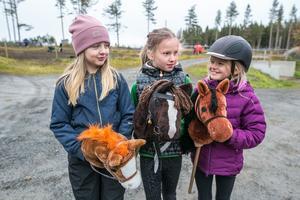 """De här tre 8-åringarna deltog i käpphästhoppningen. Från vänster Hedvig Wagenius från Torvalla med käpphästen """"Fjodor"""", Molly Lundkvist från Frösön med """"Tango"""" och Othilia Svanberg från Frösön med """"Pontus""""."""