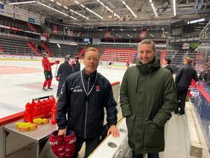 Örebro Hockeys tränare Niklas Eriksson och ÖSK-mangern Axel Kjäll. Den sistnämnde gjorde ett studiebesök hos hockeyklubben på onsdagen.