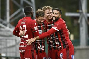 Östersunds Johan Bertilsson jublar med ÖFK-stjärnorna Ken Sema och Saman Ghoddos efter sitt 3-0 mål mot AFC Eskilstuna på Jämtkraft Arena.