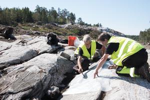Skålgroparna dokumenterades och konturerna av dem ritades på en plastfilm som senare skannades in för digitalisering. Arkeologerna Sven-Gunnar Broström och Kenneth Ihrestam dokumenterar.
