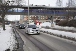 Sedan bron invigdes 2014 ska det vid några enstaka tillfällen ha förekommit incidenter där fordon träffats av föremål kastade från gångbron.
