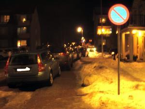 Boende i området undrar om skyltarna är för små för att de ska synas.