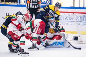 HV 71:s Simon Önerud oroar framför Moras målvakt Janne Juvonen. Foto: Mathias Bergeld/Bildbyrån