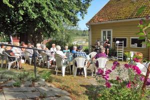 Begiestrad publik på gårdsplanen. Foto: Max Möllerfält