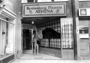 Restaurang Pizzeria Athena med sin klassiska skylt. Fotot taget 1983. Arkivbild.