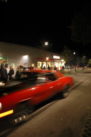Efter klockan tio intar ungdomarna Skutskärs centrum. Endast ett fåtal bilar passerade.