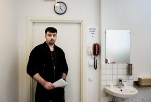 Bernard Khouri, utpekad som Södertäljenätverkets ledare, avtjänar ett livstidsstraff för bland annat anstiftan av tre mord, grov utpressning och försök till grov utpressning.