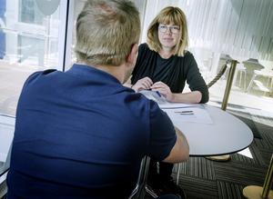 Johan anställdes som drift tekniker på vattenverket 2016 men valde att sluta två år senare. Men först försökte han slå lam om alla problem. På bilden syns han tillsammans med reportern Christina Eriksson.