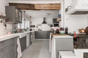 Köket renoverades 2017 och har flera fungerade eldstäder. Bild: Bjurfors
