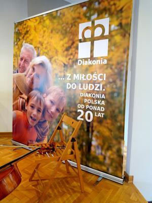 Diakonias i Polen huvudaffisch med betoning av familjen. Typiskt för Polen är också pauserna med vacker klassisk musik under olika konferenser – därav cellon på bilden. Foto: Privat