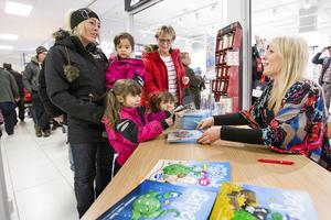 Bland de som hade köat länge för att få sina Birgerböcker signerade fanns Susanne Bostrand med barnen Lily-Eileen, Ayla och Alicia.