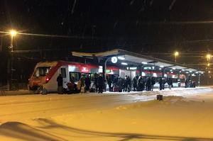 Resenärer i väntan på det cirka 30 minuter försenade morgontåget på stationen i Hudiksvall.