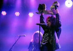 Alice Cooper tycker om att uppträda med ormar. Bilden är tagen på en konsert i Los Angeles. Foto: AP