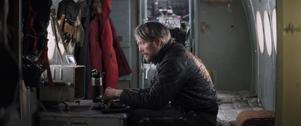 Mads Mikkelsen spelar en pilot som har kraschat i Arktis och försöker överleva i
