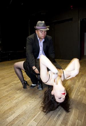 William Fernandez för Jasmina Bisevac i en ångande het och sensuell bachata. Båda är danslärare på Club Bailamore och lär ut olika exotiska danser till alla som vill.