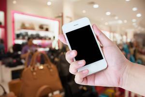 Vad ska jag välja? Vad gäller? Hur undviker jag gifterna? Svaret på din konsumentfråga kan finnas i en app.   Foto: Shutterstock