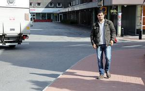 Ebrahem Alsammat trivs utmärkt i Sverige men saknar sin sjuka fru och son soim han aldrig fått träffa.