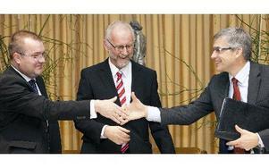 Global marknads- och försäljningschef för HVDC Hans K Johansson och säljansvarig Lars Weimers från ABB Sweden signerade ordern med LitPols generaldirektör Virgilijus Poderys.