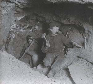 Att bryta silver var ingen lätt uppgift under 1800-talets slut för pionjärerna i Colorado. Ofta var det enkla verktyg och handkraft som gällde. Inte sällan rasade också gruvgångarna samman och arbetarna stängdes inne för gott. (Fotot tillhör Ed and Nancy Bathke collection)