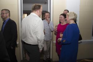 Gästerna på företagsgalan minglar.