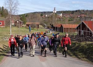 Bild från 2016 när vandrarna lämnar Bjursås. Foto: Jan-Olof Montelius.