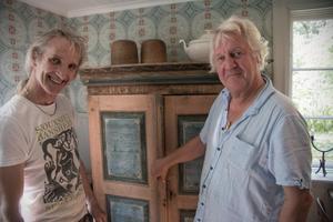 Mick Whitehead visar ett skåp från 1860 för Arne Berglind hemma i köket.