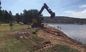 I somras fraktades stora mängder sand ner till stranden för att jämna till kanter och lutning. Foto: Robin Layton, vägingenjör Rättviks kommun.