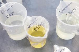 Ingredienser i fabriken som ska blandas efter hemliga recept till hårvård.