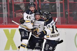 Simon Önerud kramas om efter målet mot Djurgården