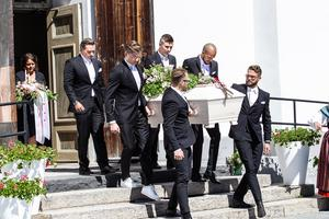 När begravningen var över bars kistan med den folkkäre artisten ut.