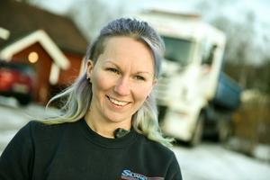 Elle Thomée är till vardags lastbilschaufför på Siljan Schakt Entreprenad men så fort hon kommer hem har hon fått tillbringa timmar ute i sin