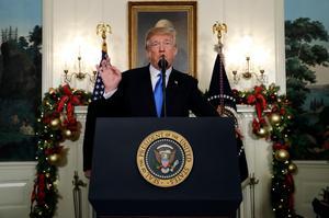 President Trump får berättigad kritik för att uppfylla ett vallöfte. Foto: Evan Vucci/AP