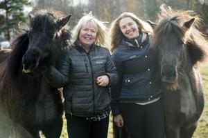 Anna och Mirjam är hästtjejer. De trivs allra bäst bland islandshästar som är gosiga, snälla och otroligt nyfikna på människor.