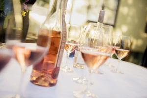 Rosésäsongen har börjat. Många tror att varva ner eller minska stress är anledningar att dricka alkohol. Det visar en ny undersökning. Foto: Vilhelm Stokstad / TT
