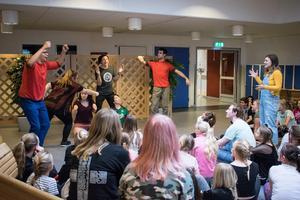 Barnen och ungdomarna fick bland annat göra övningar i improvisationsteater. Här gestaltar ledarna från The Young Americans en film och barnen ska gissa vilken film.