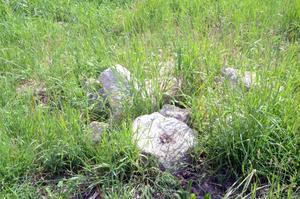 Stenhögar ligger det runt om på många ställen i Nås.