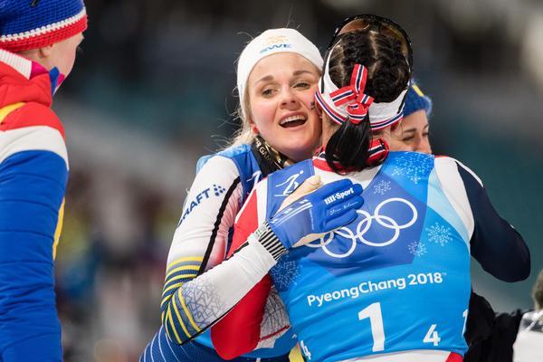 Stina Nilsson gratulerar Marit Björgen efter spurtstriden. Bild: Joel Marklund/Bildbyrån.