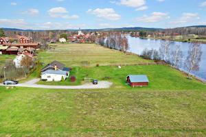 Villa på älvtomt i byn Holsåker, centralt beläget