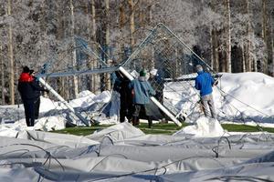 För att kunna dra tältduken på plats och försöka resa tältet, måste vajrar och annat bort – även målburarna flyttades.
