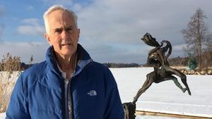 Richard Brixel i sin skulpturpark. Solen lyser över is, snö och brons hemma i Måla.