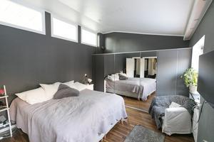 Fönsterna vid sänggaveln vetter mot vardagsrummet.