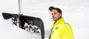 Tony Larsson, Hällåsens driftchef, säger att halltaken står pall och att läget inte är speciellt tufft trots snöandet.