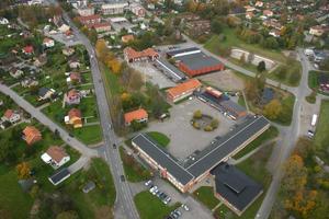Här vid Lekebergsskolan i Fjugesta ska hela grundskolan samlas om några år. Skolan får då över 800 elever. Byggnaderna längs ned i bild är högstadiet. Uppe mot högra hörnet ligger