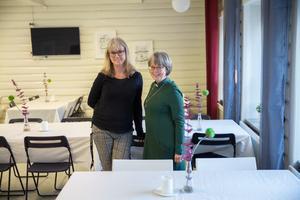 """Helen Lind Jaktlund och Elisabeth Linde organiserar insamlingen till Julkassen och LT-klappen. """"Södertäljebor hjälper Södertäljebor i det här!"""" säger Elisabeth Linde."""