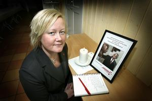 Ulrika Falk placerade i fredags ut en kondoleansbok på Folkets hus i Norrtälje. Boken kommer senare att lämnas till Sydafrikanska ambassaden.