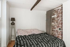 Sovrum i gårdshuset. Bild: Bjurfors